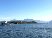 Herreninsel mit Blick auf die Berge